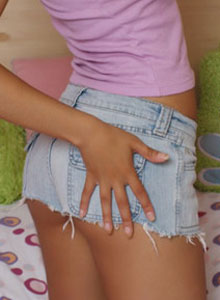 Donna Shows Off Her Tight Round Ass In Tiny Jean Cutoffs - Picture 4