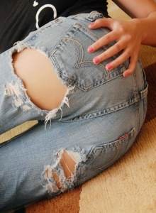 Jeska Vardinski Teases With Her Perfect Tight Ass In Ripped Jeans - Picture 3